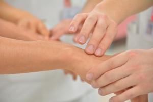 eine hand wird gepflegt